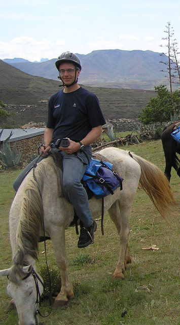 Auf dem Rücken eines Ponys unterwegs in Lesotho (Foto: S.W.)